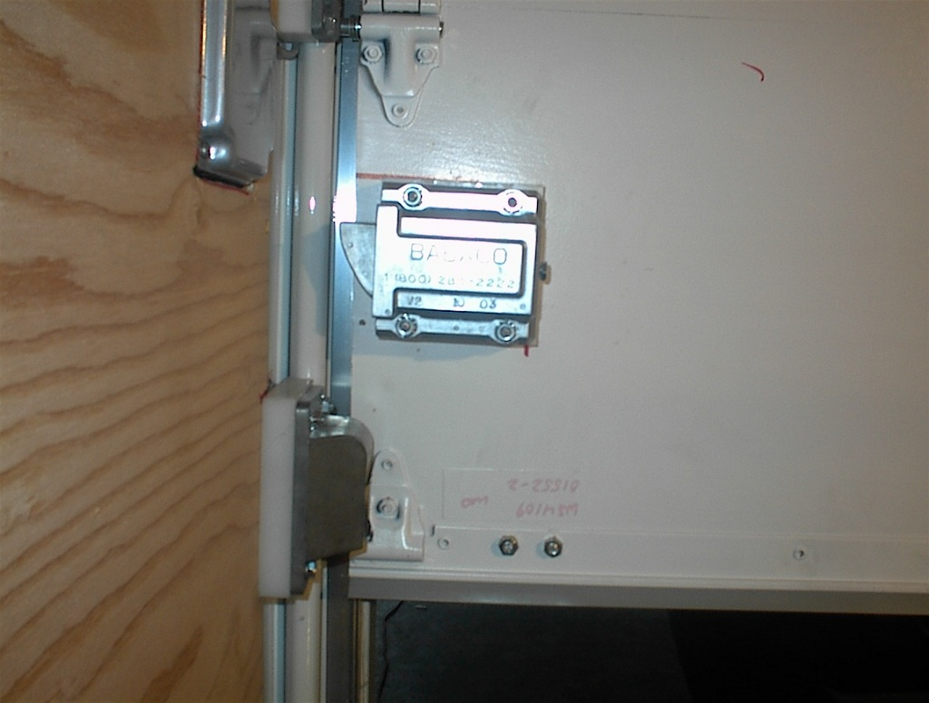 Truk Lok I For Roll Up And Swingout Doors Autolocking